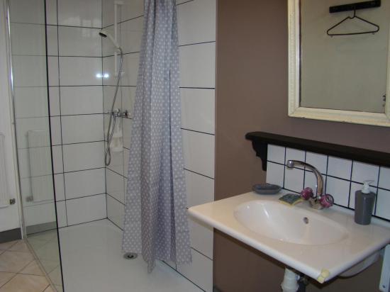 salle de douche, avec lavabo et douche à l'italienne (lave linge)