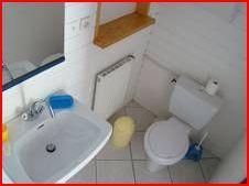deuxième salle de douche avec lavabo wc et douche à l'italienne
